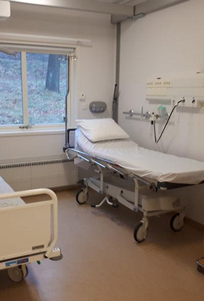 Rum med sjukhussäng.