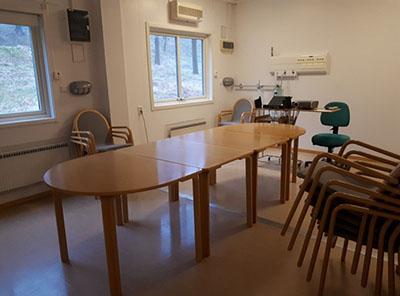 Mötesrum med bord och stolar.