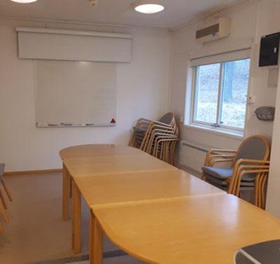 Rum för möten med bord och stolar.